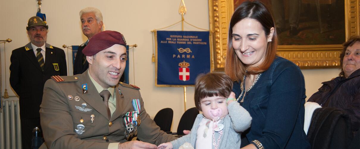 Una vita per la Patria 2015 - Simone Careddu con la moglie e la sua bambina
