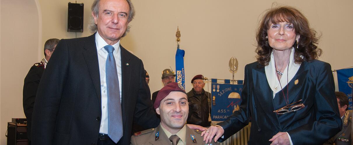 Una vita per la Patria 2015 - foto ricordo Primo Maresciallo Simone Careddu - Esercito Italiano con i Presidenti Zobeide Spocci e Pino Agnetti