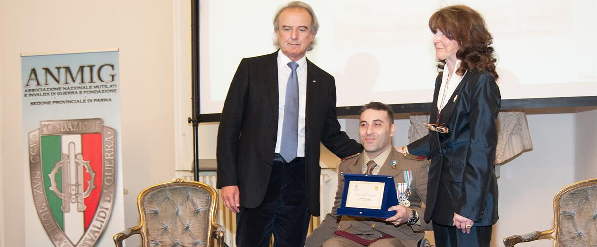 Una vita per la Patria 2015 - consegna del riconosciamento anno 2015 al Primo Maresciallo Simone Careddu - Esercito Italiano da parte dei Presidenti delle due associazioni
