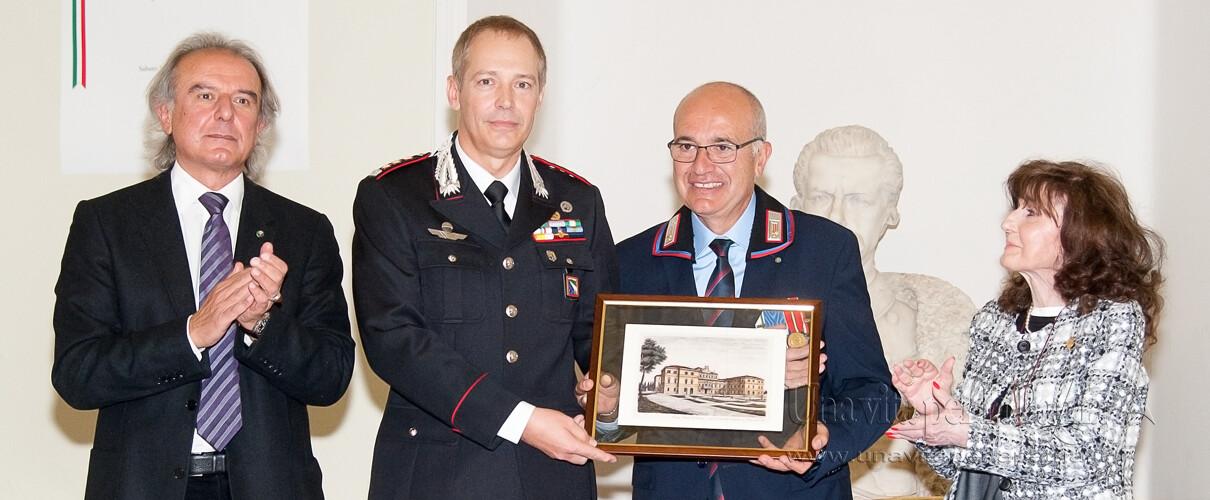 Una vita per la Patria 2016 - il Col. Massimo Zuccher consegna una pregevole riproduzione a stampa del Palazzo Ducale di Parma al Vice Brigadiere Cuccia
