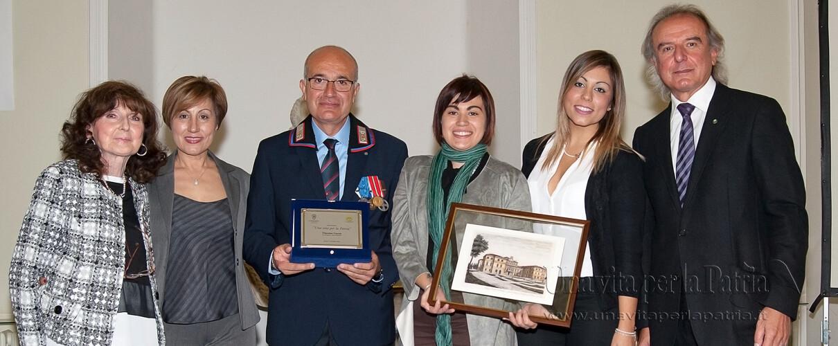 Una vita per la Patria 2016 - foto ricordo del premiato con la famiglia e i Presidenti delle due Associazioni