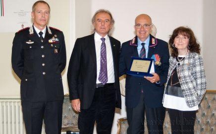 Una vita per la Patria 2016 - consegna del riconosciamento anno 2016 al Vice Brigadiere (cong.) Vincenzo Cuccia - Arma dei Carabinieri da parte dei Presidenti delle due associazioni